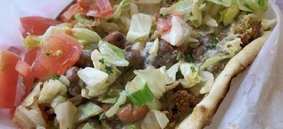 Falafel szendvics pitában, uborka szósszal