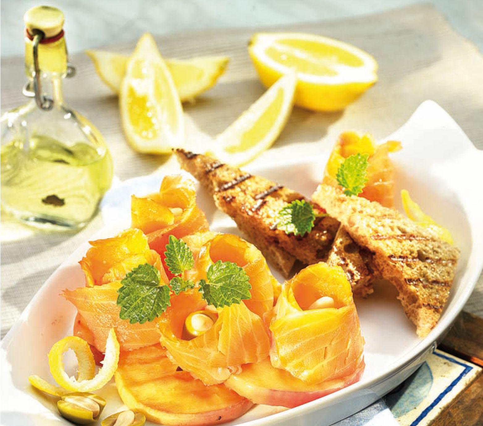Füstölt lazacrózsák citromos alma-toaston