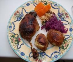 Sült kacsacomb gombás rizzsel, sült krumplival, répával és vörösboros lilakáposztával