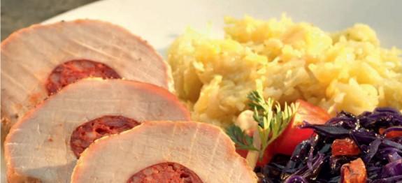 Kolbásszal töltött sertésszűz resztelt burgonyával és lilakáposztával