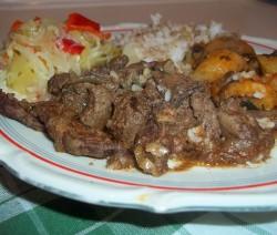 Resztelt sertésmáj rizzsel, sült krumplival és csalamádéval