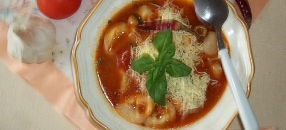 Peperonata levesesen gombás tortellinivel, parmezánnal