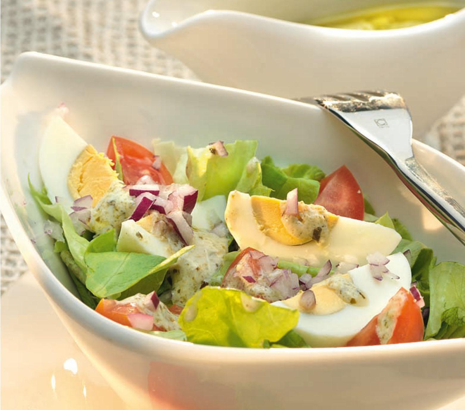 Fejes saláta lilahagymával, tojássalátával és bazsalikomos-olívás öntettel