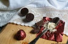 Sós-karamellás tejcsokis bonbon, pirított szezámmaggal, étcsokoládé burokban