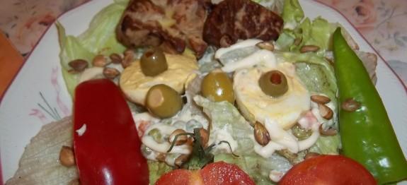 Sült libamáj majonézes tojással saláta ágyon