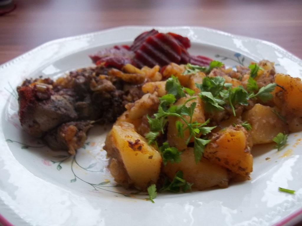 Resztelt csirkemáj petrezselymes krumplival, céklasalátával