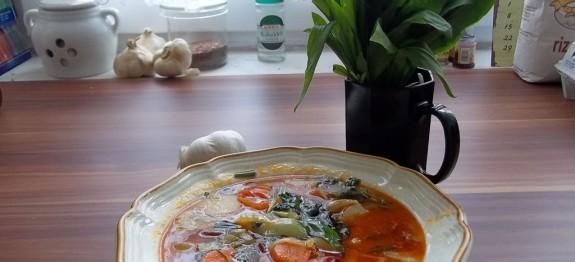 Tavaszi zöldségleves medvehagymával, csabai lángolt kolbásszal