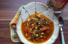 Mexikói zöldségleves tortillával és tequilával