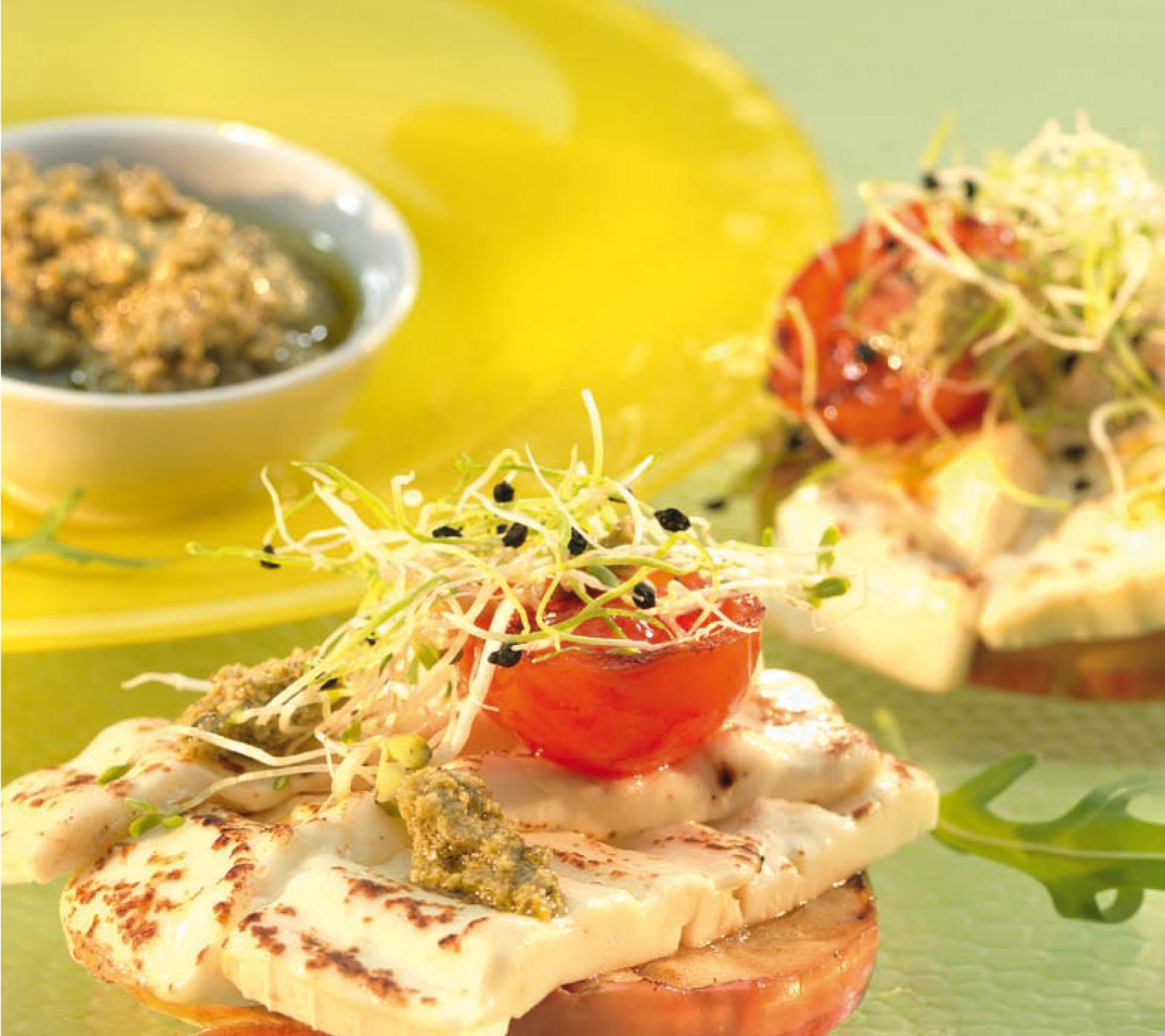 Camembert sajt grillezve, sült paradicsommal és rukkolával