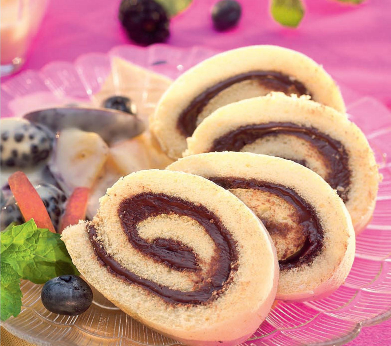 Csokoládés piskótatekercs erdei gyümölcskrémmel