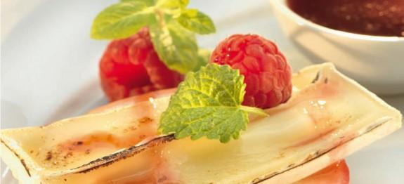 Grillezett camembert olívás almával és eperlekvárral