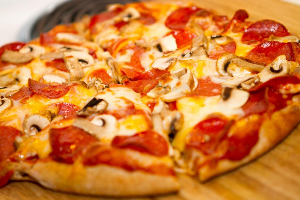 Pepperonis-gombás pizza
