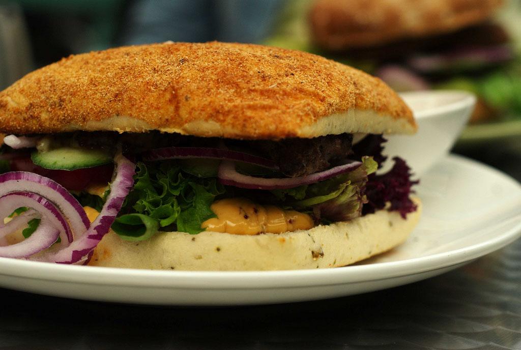 Vegaburger gombás szójafasírttal