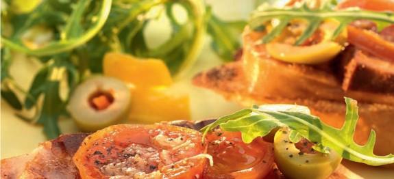 Sült paradicsom fokhagymás öntettel és grillezett sajttal