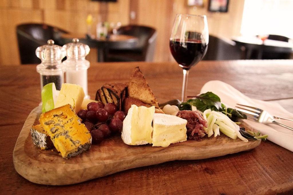 Vörösbor és sajt