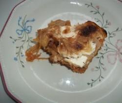 Rakott káposzta darált hússal, tejföllel és sajttal
