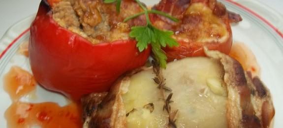 Baconbe tekert túróval töltött paprika, paradicsommal és krumplival