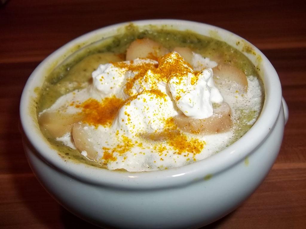 Brokkoli krémleves sok krumplival, tejfölösen, curryvel és kurkumával