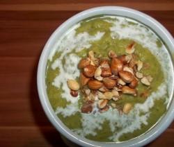 Brokkoli krémleves krumplival, tejföllel és mogyoróval