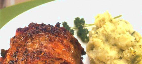 Kolbászos-fűszeres töltelékkel töltött csirke sörben sütve, brokkolis krumplipürével és almakompóttal