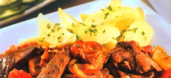 Resztelt csirkemáj petrezselymes burgonyával és uborkasalátával