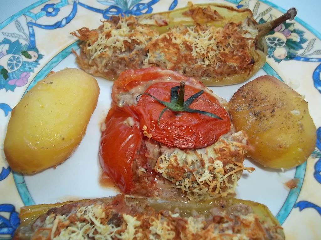 Kacsamájpástétommal töltött paprika és paradicsom, reszelt sajttal