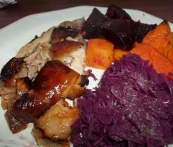 Bőrös malacsült sörrel locsolva, sült céklával és sütőtökkel, párolt pezsgős lilakáposztával