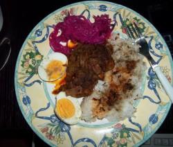 Vörösboros resztelt csirkemáj tojással, rizzsel, vöröskáposzta salátával