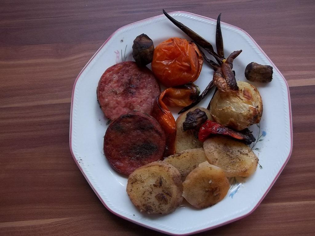 Csülöksonka felvágott zöldségekkel együtt sütve