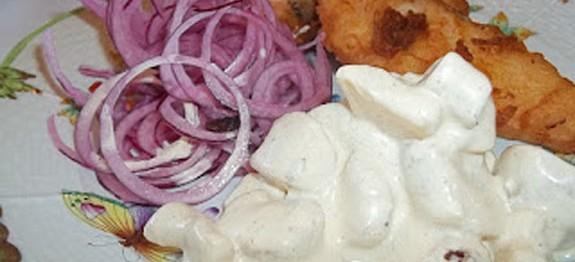 Rántott harcsa lilahagymával, majonézes krumplival