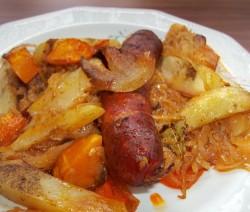 Sült kolbász és szalonna fehérboros káposztaágyon, krumplival és sütőtökkel