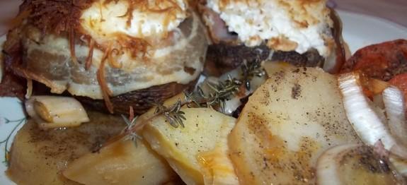 Sonkával, tejföllel, sajttal töltött gombafejek, bacon köntösben