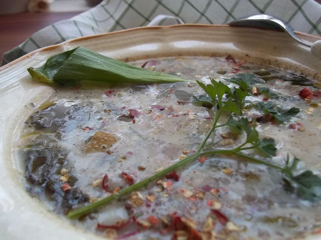 Tejszínes, chilis, medvehagymás hagymaleves