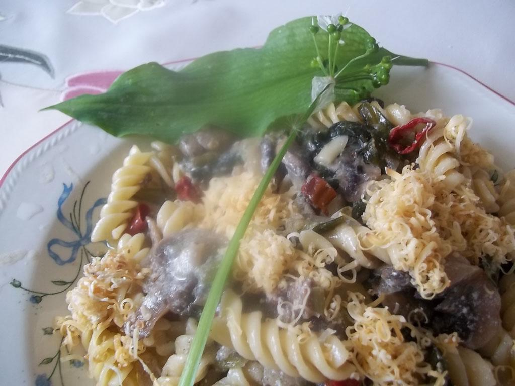 Fusilli fehérboros, tejszínes gombával, medvehagymával és füstölt sajttal