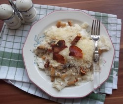 Tejfölös-túrós, sajtos quadretti sült szalonnával, fekete erdei sonkával