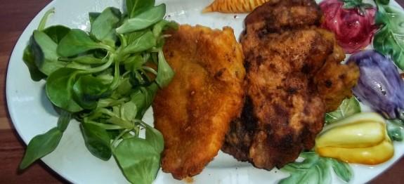 Rántott hús és máj madársalátával