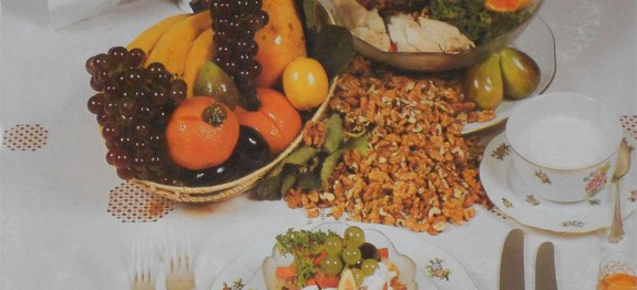 Friss gyümölcssaláta dióval, szárnyashússal